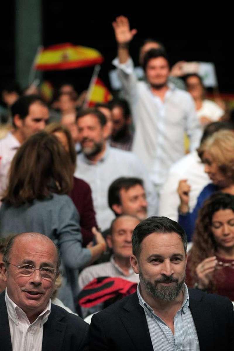 El líder de Vox, Santiago Abascal (d) y el cabeza de lista por Valencia, Ignacio Gil Lázaro (i). EFE