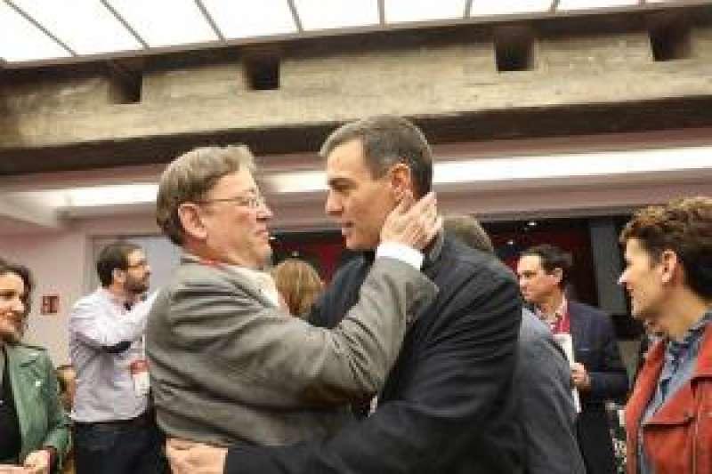 El secretario general del PSPV-PSOE, Ximo Puig, saluda a Pedro Sánchez. EFE