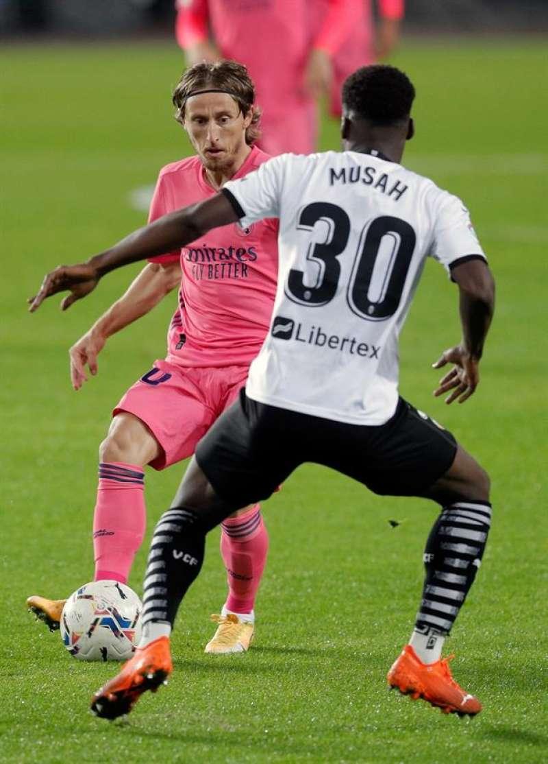 El jugador del Real Madrid Luka Modric intenta avanzar ante Musah, del Valencia CF.EFE/Archivo