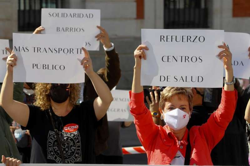 Momento de la concentración convocada por sindicatos, asociaciones y partidos de izquierda en la puerta de El Sol, entre otros puntos de Madrid, como protesta contra las restricciones a la movilidad que pondrá en marcha el Gobierno regional en 45 zonas sanitarias. EFE/Ballesteros