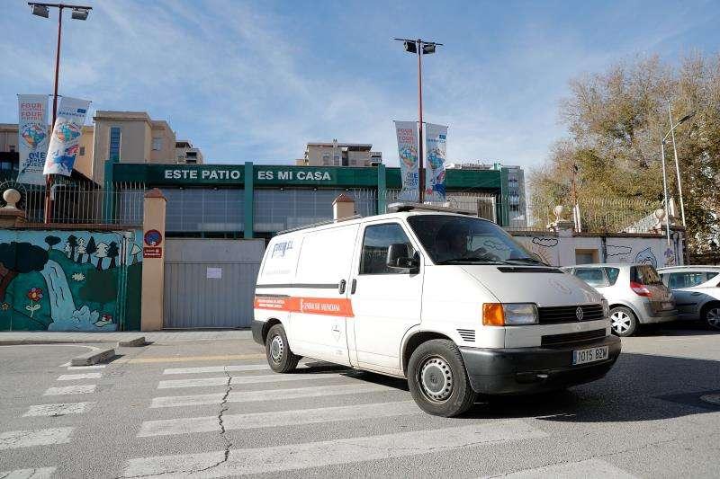 La Policía Nacional investiga la muerte de una joven de 17 años, tras caer por el hueco de una escalera en un centro educativo de la ciudad de València(en la imagen la salida del retén fúnebre). EFE