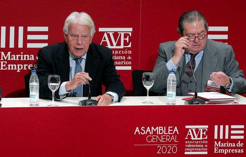 El expresidente del Gobierno Felipe González en la imagen, junto al presidente de AVE, Vicente Boluda. EFE