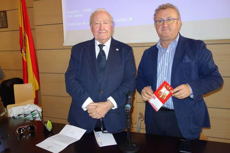 Momento en que José Salvador Murgui entrega la carta invitación del Sr. Alcalde al Presidente de la Associació de Cronistes Oficials del Regne de València, Francisco de P. Montblanc.