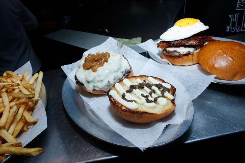 Unas hamburguesas listas para comer. EFE/Archivo