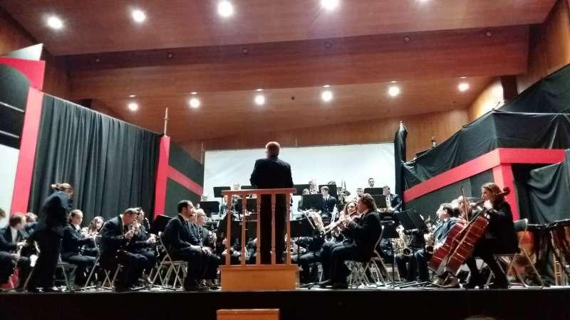 Banda de la Unión Musical de Casinos con su director Ximo Ortells.