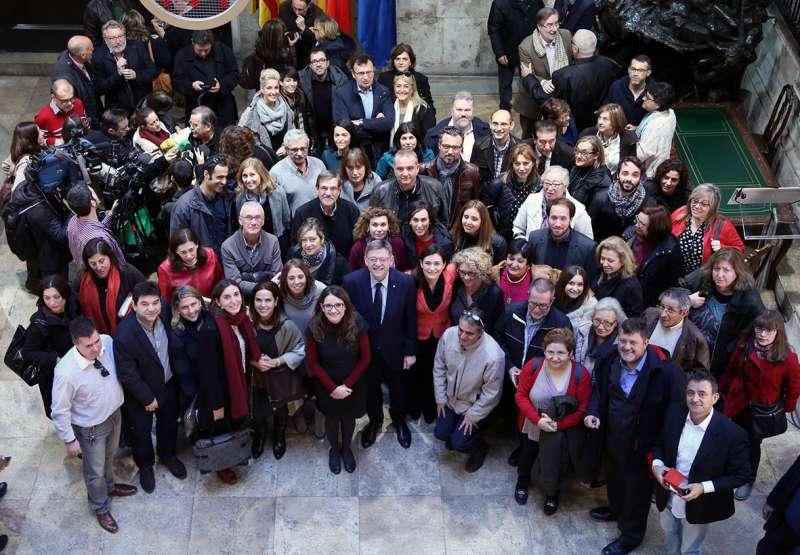 Foto de familia de la firma del acuerdo presidido por Puig y Oltra