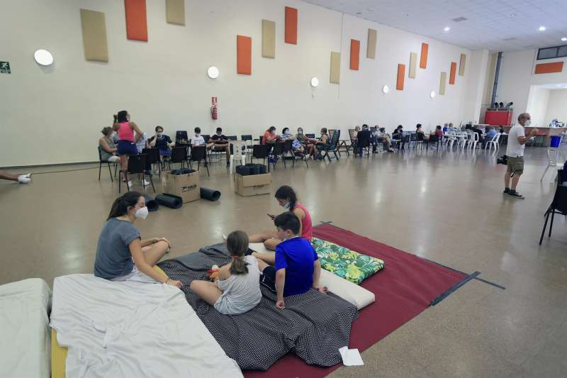 Vecinos de la localidad de Azuébar se refugian en un pabellón de la localidad castellonense de Soneja este domingo, tras ser evacuados por el incendio declarado a última hora de ayer en Azuébar. EFE