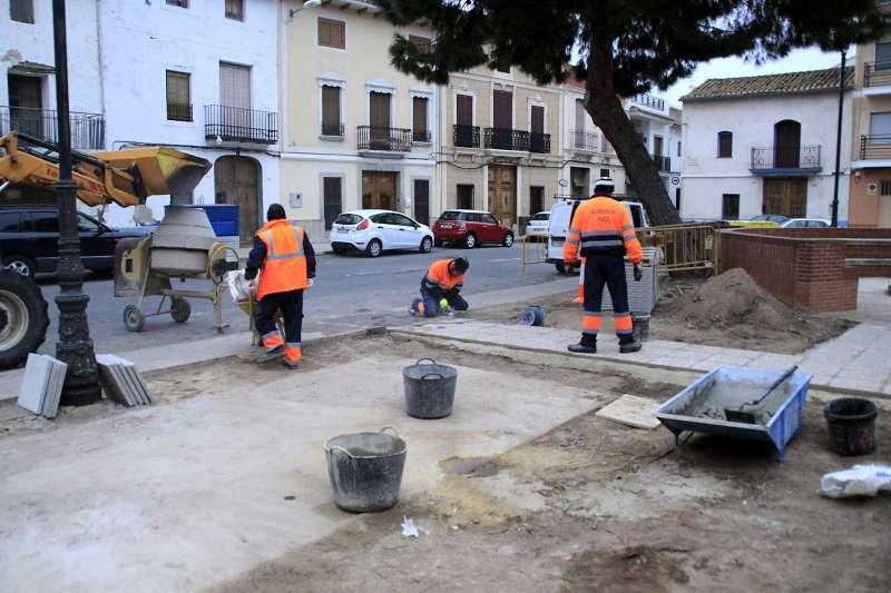 Trabajadores contratados por el Ayuntamiento de Puçol. FOTO MAESTRO