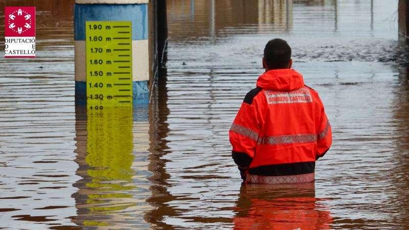 Un bombero del Consorcio Provincial de Bomberos, en Nules tras las intensas lluvias caídas este miércoles en una imagen facilitada por esta entidad de la Diputación. EFE