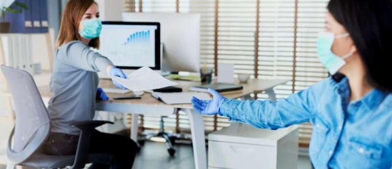 Dos empleadas con mascarilla en su centro de trabajo. EPDA