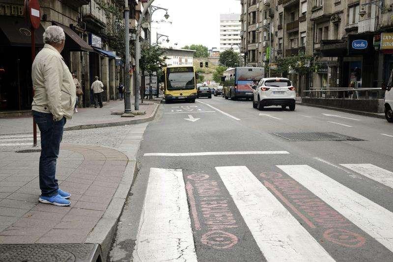 Una persona se dispone a cruzar un paso de peatones. EFE/Archivo