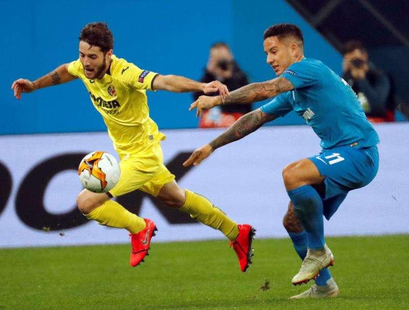 Miguel Llambrich pugna por el balón en un partido con el Villarreal. EFE/Archivo