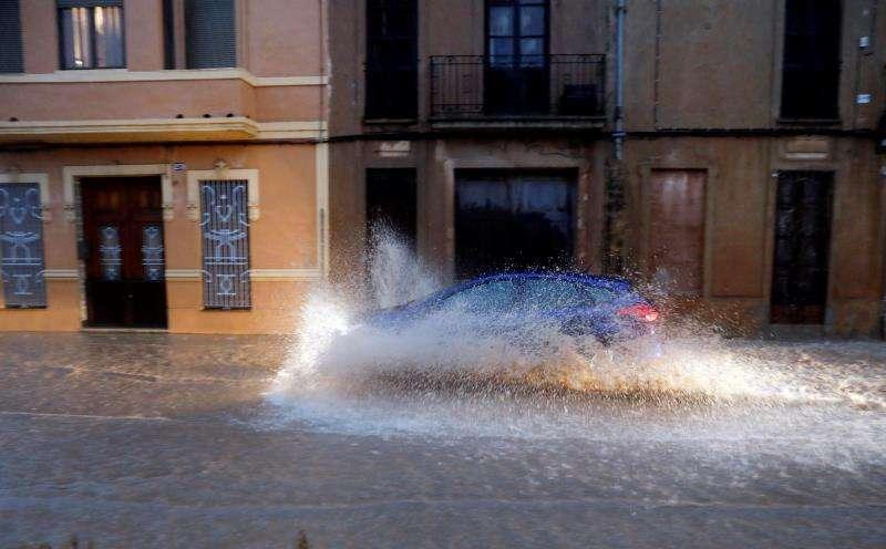 Un vehículo circula por una calle anegada de València durante el temporal del pasado octubre. EFE/Archivo