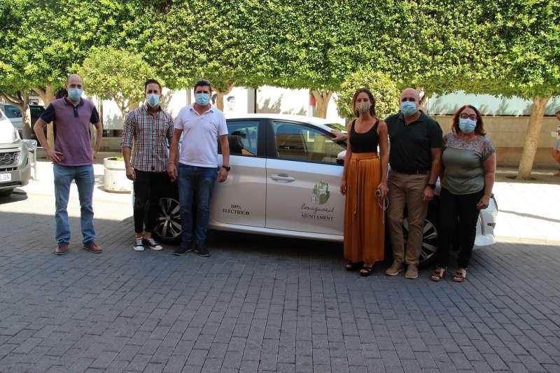 Los concejales en el momento de la entrega del coche. / EPDA