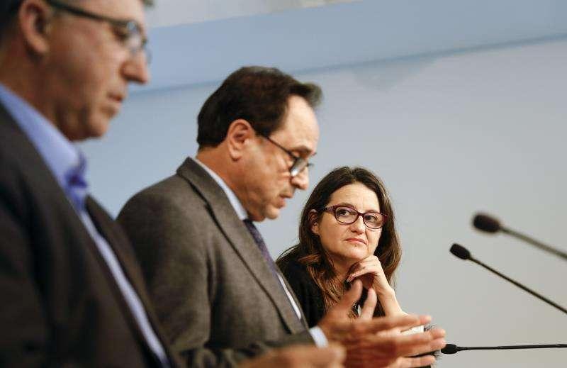 La vicepresidenta del Consell, Mónica Oltra, y los consellers de Hacienda, Vicent Soler, y de Economía, Rafael Climent (i), tras un pleno del Consell. EFE/Archivo