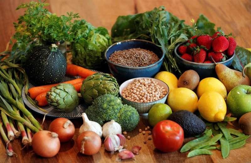 Imagen de archivo de alimentos base de la dieta mediterránea, que ayudan a reforzar el sistema inmune. EFE