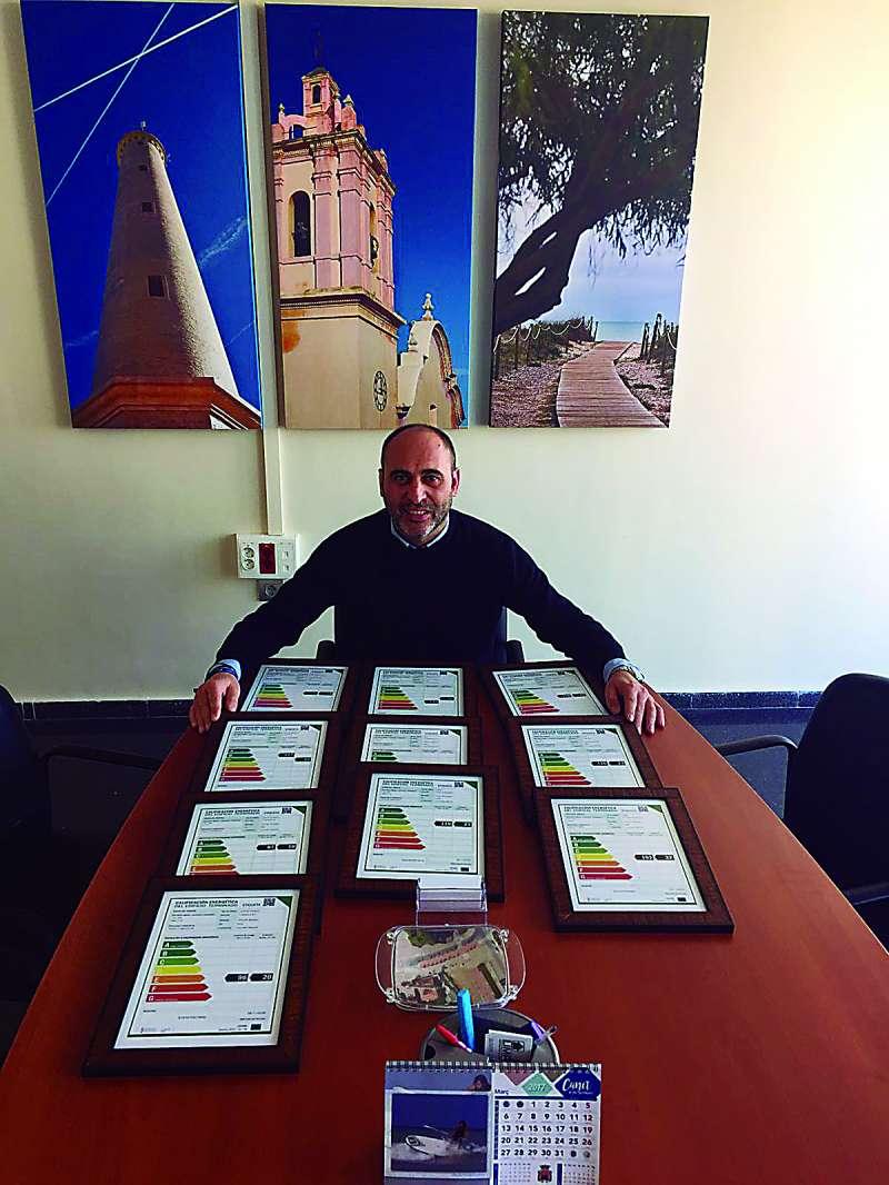 El concejal de Medio Ambiente de Canet con las certificaciones. EPDA