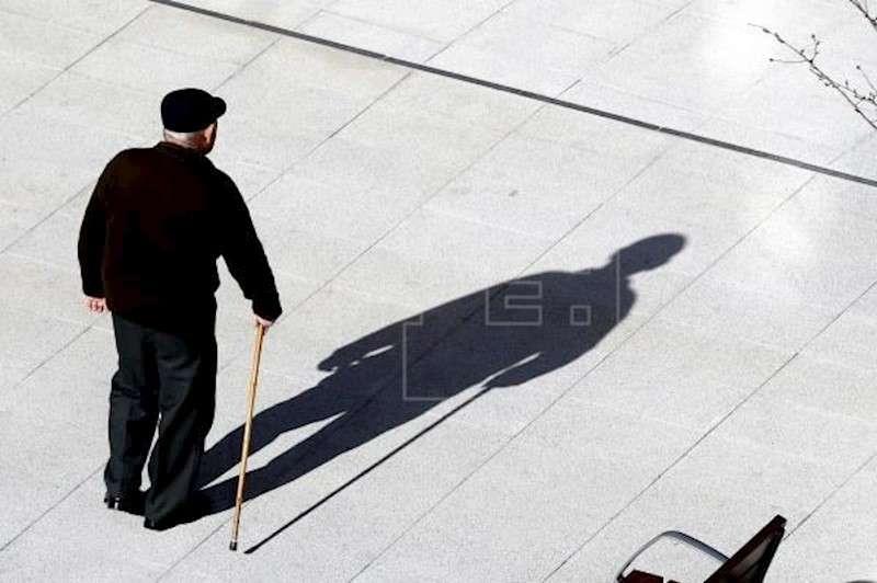 Un jubilado camina por un parque. EFE/Archivo