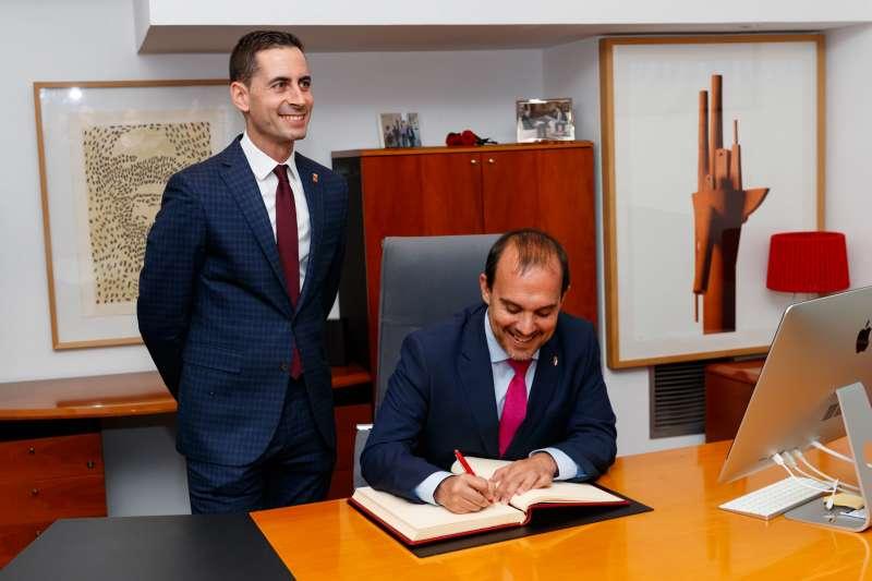 Imagen de la firma del Libro de Honor de la ciudad. EPDA