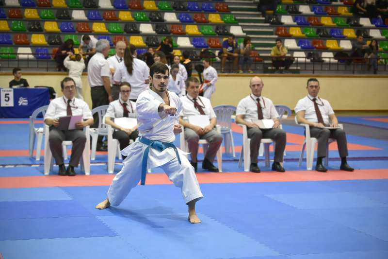 Fernando Piñango, profesor del curso de Defensa Personal en Caxton College, en una competición de Kárate.jpg