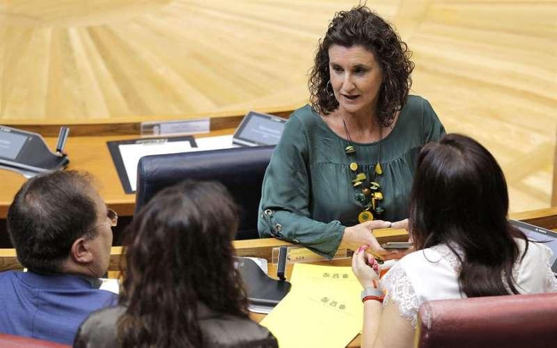 La diputada socialista en Les Corts, Mercedes Caballero, conversa con varios diputados. EFE
