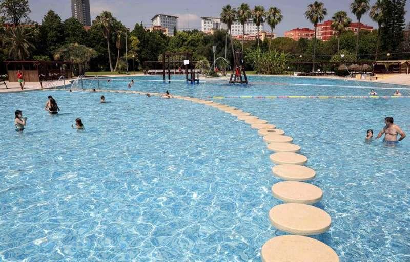 Varios bañistas en una de las piscinas de verano que han abierto este sábado 20 de junio en Valencia. EFE/Ana Escobar