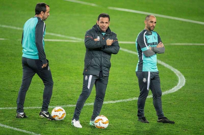 El entrenador del Villarreal CF, Javier Calleja, dirige la sesión de trabajo de su equipo en Viena. EFE