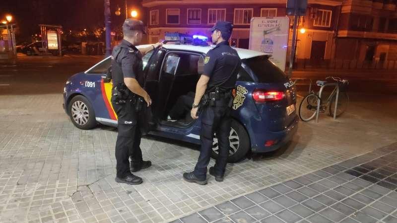 Presencia policial en el barrio de la Malvarrosa de València. EFE/Juan Carlos Cárdenas
