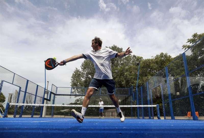 Un deportista practicando padel.