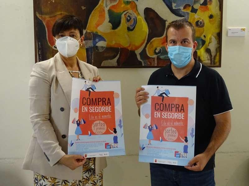 Alcaldesa y concejal de comercio con los carteles de la campaña
