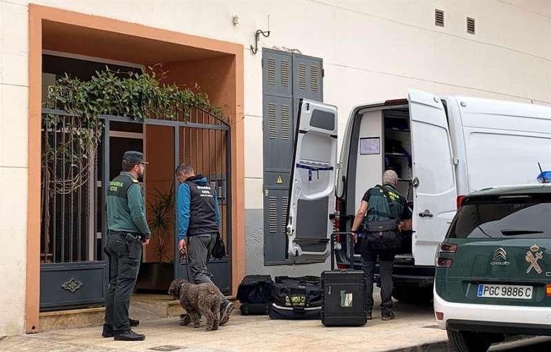 Agentes de la Policía Judicial entran en la vivienda de Vinaròs. EFE