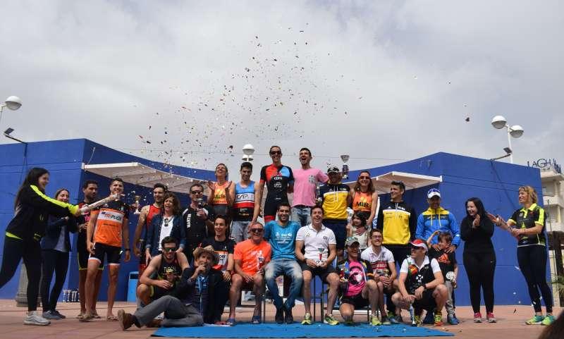 Ganadores, organizadores y concejales en el pódium del Triatlón Sprint Canet d