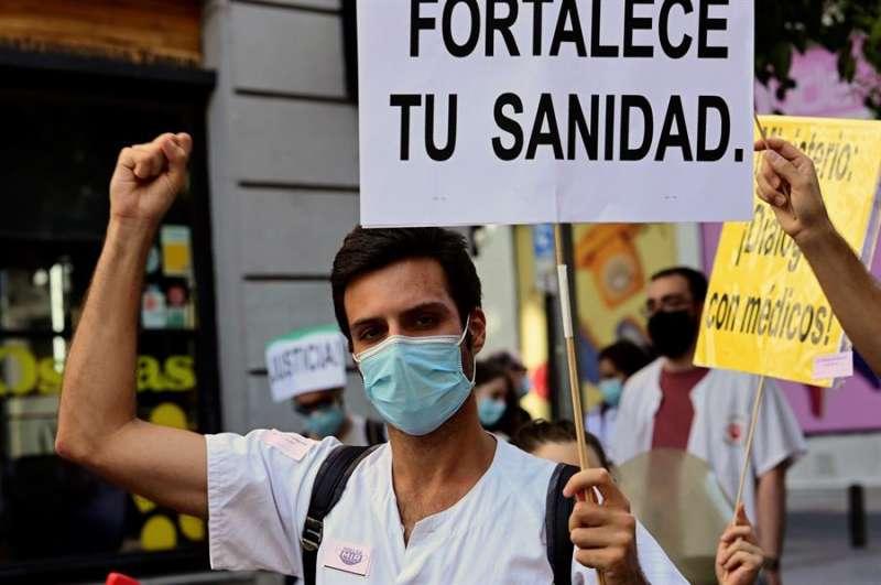 Varios médicos residentes se manifiestan para mejorar sus condiciones laborales, en una de las protestas recientes. EFE/Víctor Lerena