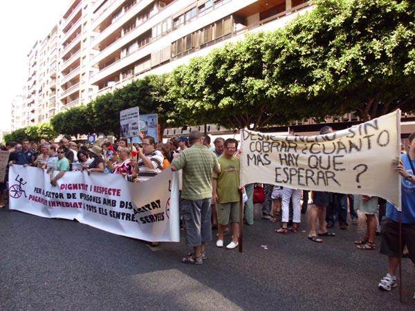 Un momento de la concentración frente a la Dirección General de Bienestar Social. FOTO EPDA