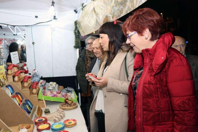 La delegada de Comercio y Mercados, Gloria Parra, la concejala del Equipo de Gobierno, Asun Moll y miembros de la asociaciones de comerciantes de la ciudad, en su visita al mercado. -EPDA