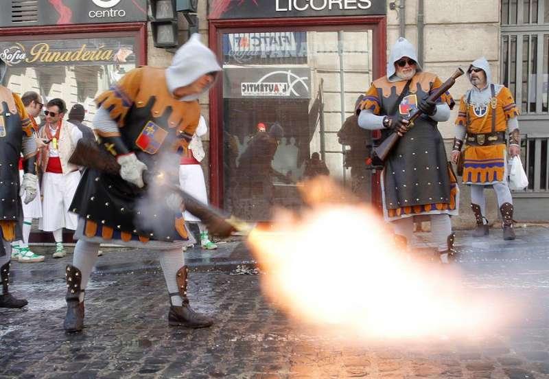 Batalla de arcabuces entre las tropas moras y cristianas en el Día del Alardo.EFE/MORELL/Archivo