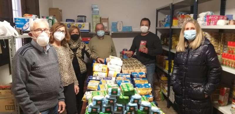 Entrega de alimentos para Caritas