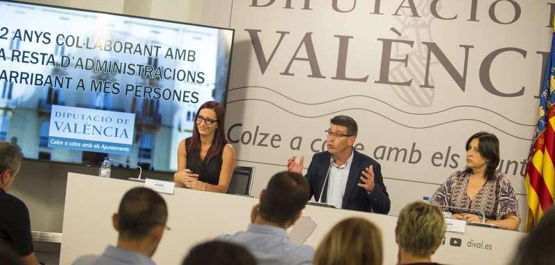 El Presidente de la Diputación junto con Mª Josep Amigó y Rosa Pérez Garijo en rueda de prensa hoy.