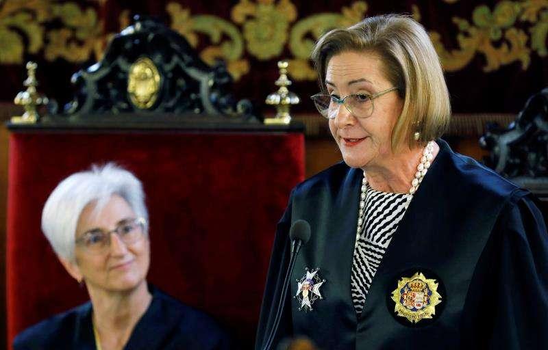 La nueva fiscal superior del Tribunal Superior de Justicia de la Comunitat Valenciana, Teresa Gisbert (d), junto a la Fiscal General del Estado, María José Segarra, durante el acto de toma de posesión del cargo celebrado hoy martes. EFE