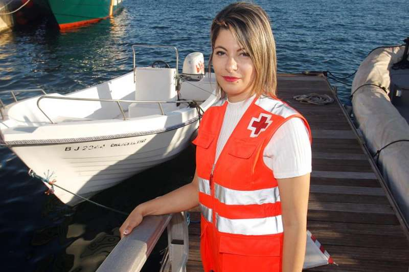 Sanae Belkacem traduce como voluntaria de Cruz Roja a los inmigrantes interceptados a bordo de pateras. EFE