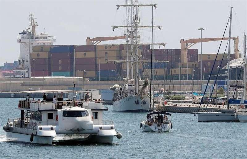 Una vista general de las instalaciones del Puerto de València desde la Marina. EFE