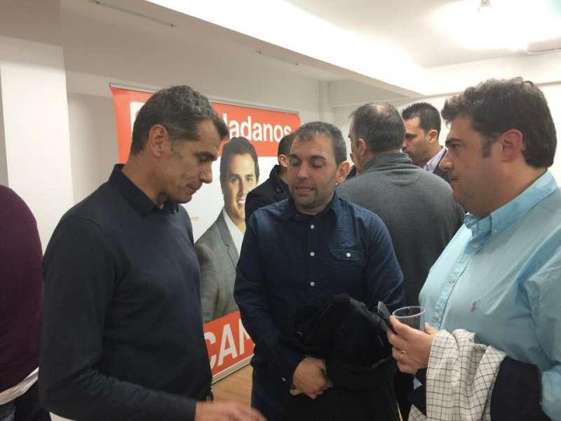 Manuel Martínez, en el centro, junto a Toni Cantó. //EPDA