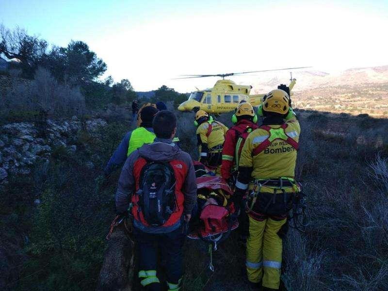 Imagen del rescate del anciano. EFE/Consorcio Bomberos Alicante