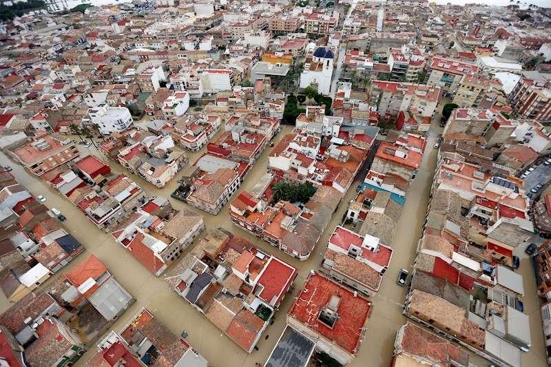 Imagen aérea de la ciudad de Dolores (Alicante), este sábado, inundada a causa del desbordamiento del río Segura por la gota fría. EFE/ Manuel Lorenzo