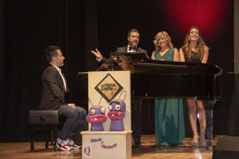 Los presentadores del 2019 con el pianista Alberto de Paz. EPDA