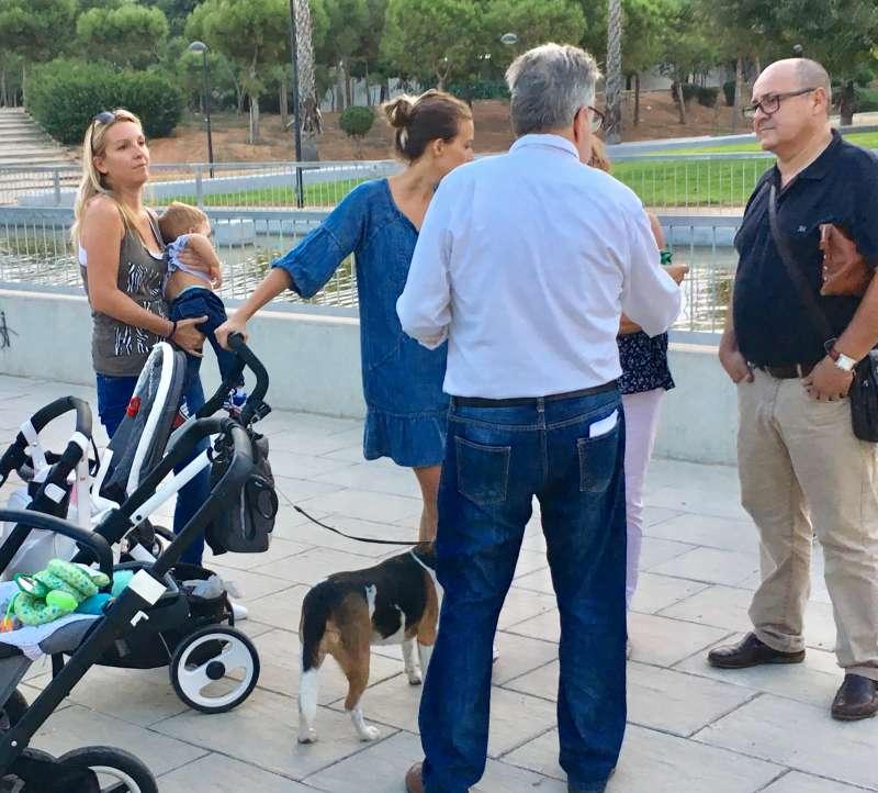 El alcalde de Albal junto con concejales en el parque de La Balaguera informado de la campaña a los vecinos. EPDA