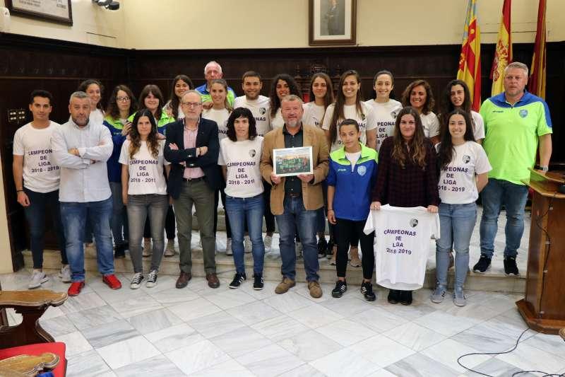 Las jugadoras del Biensa CF con el alcalde, concejal de Deportes y la edila de Igualdad. EPDA