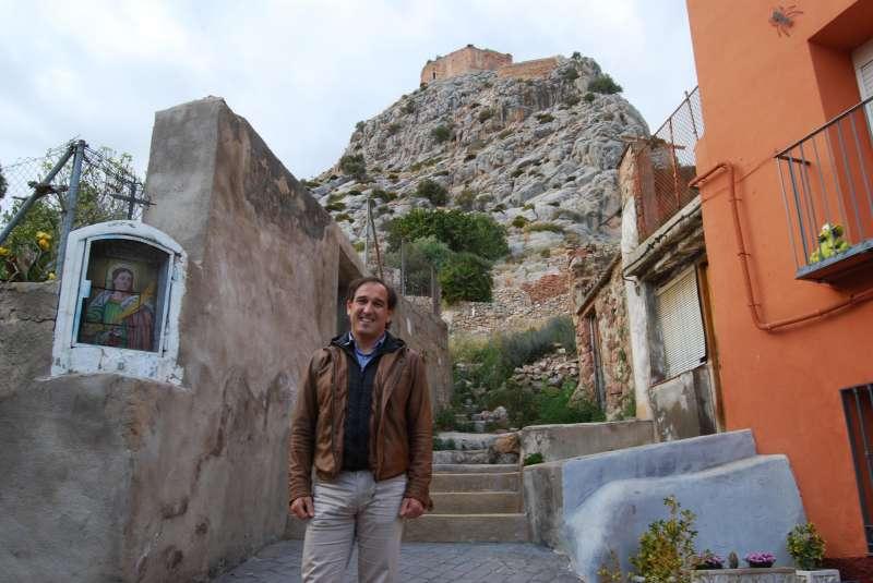 Toni Gálvez con el castillo de Borriol al fondo.