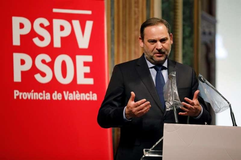 El ministro de Transportes, Movilidad y Agenda Urbana y secretario de Organización del PSOE, José Luis Ábalos, interviene tras recoger el premio de honor Memoria y Dignidad del PSPV-PSOE de Valencia.