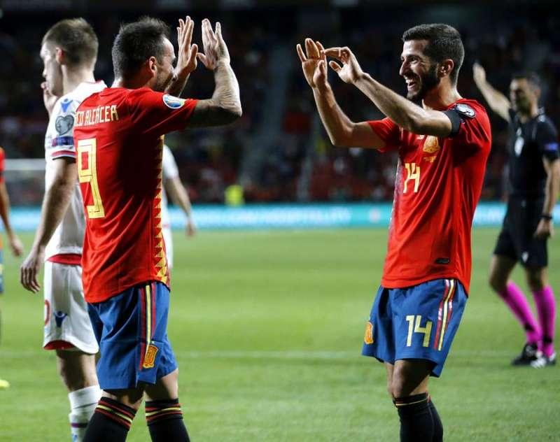 Los jugadores de la selección española Paco Alcacer (i) y José Luis Gayá celebran un gol . EFE / J.L Cereijido.